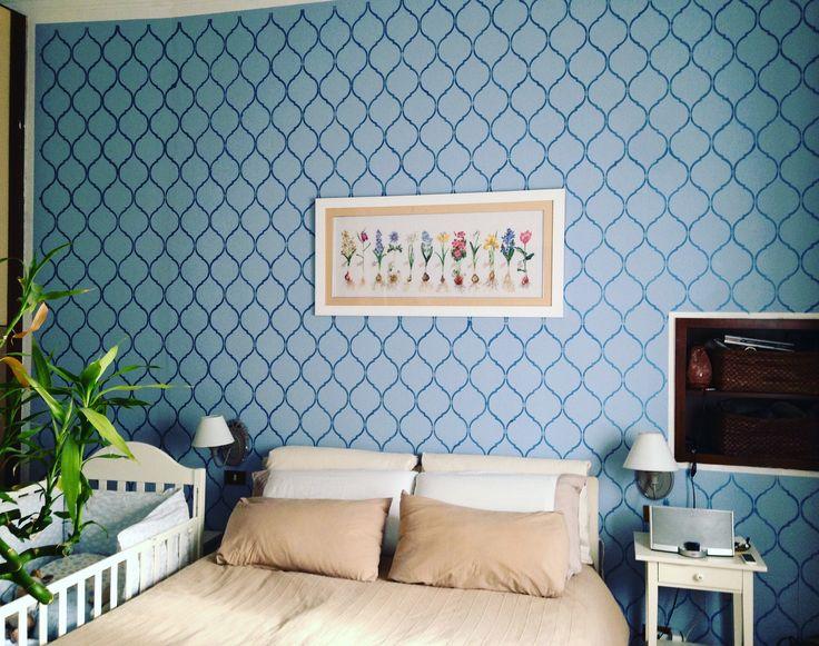 Parete camera da letto sfondo colore pervinca e stencil jasmin trellis di dizzyduckdesig passato a rullo colore carta da zucchero metallizzato. Quadro con fiori da bulbo ricamato a mano su lino
