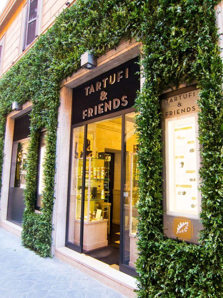 Tartufi & Friends: Ouverte récemment, Tartufi & Friends est une adresse monomaniaque dédiée au précieux champignon.  Côté épicerie, on déniche du sel, du miel et des sauces pour la pasta, le tout à la truffe bien sûr. La salle du resto est minuscule, alors pensez à réserver pour votre dîner truffé dans un cadre champêtre-chic à l'italienne.