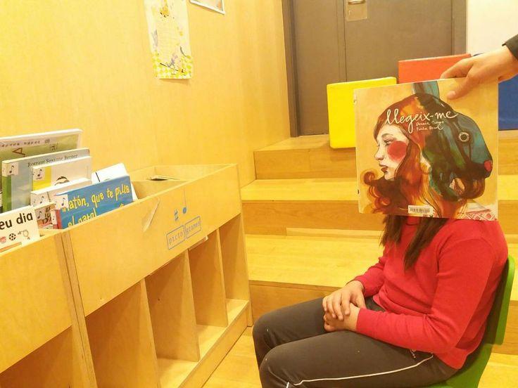 Avui us proposem aquest bookfacefriday amb la col.laboració de l'Ona, una de les nostres lectores. #book #biblioteca #cara #leer #lectura