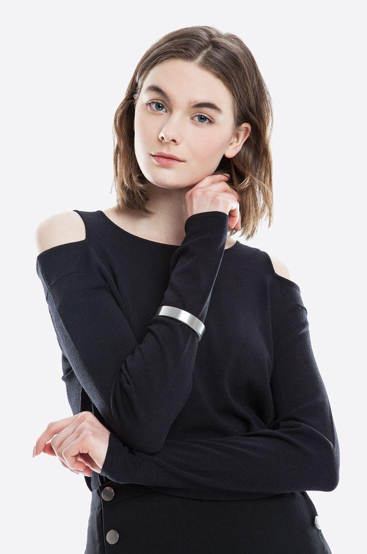Bluzka z elastycznej dzianiny, wycięcia na ramionach, dopasowany krój. Modelka ma 178 cm wzrostu i prezentuje rozmiar 36.