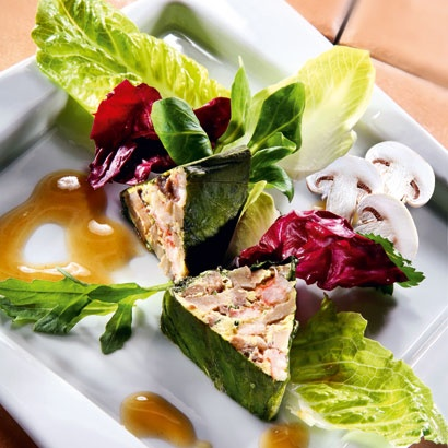 Champignon-Flusskrebs-Terrine mit Champignonsauce auf Blattsalaten