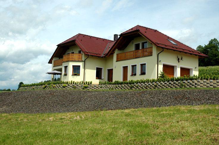 Luxe, ruime villa, 4 studio's met eigen balkon, keuken en badkamer te koop met schitterend uitzicht over Lipnomeer, Tsjechie.