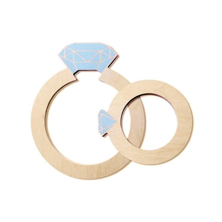 Kobiety kochają diamenty. Ale jeśli nie stać Cię na ten prawdziwy, to podaruj swojej żonie, dziewczynie czy mamie choćby taką kuchenną podstawkę pod garnki w kształcie pierścionka z drogocennym kamieniem.