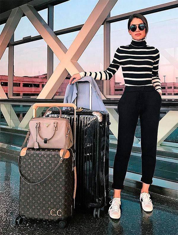 Camila Coelho usa turtleneck listrada + calça cropped para deixar seu look de aeroporto mais estiloso.