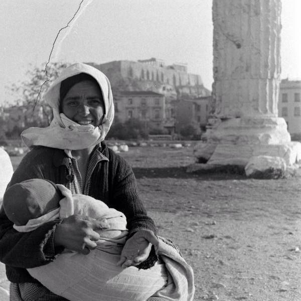 Αθήνα,Ολυμπιείο 1948.Μία ζητιάνα φωτ.Dmitri Kessel