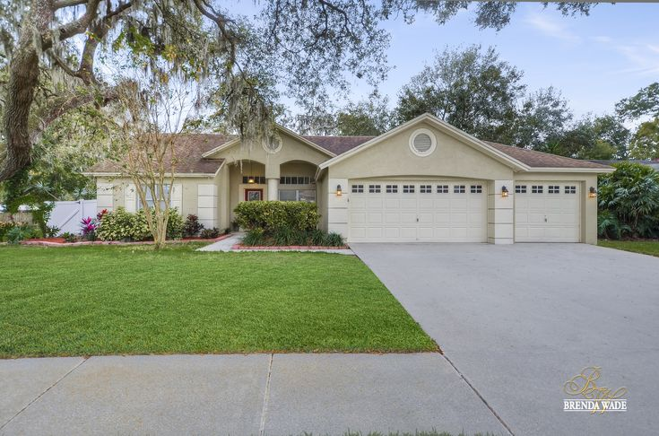 3029 Starmount Dr MAGNIFICENT family home in the heart of Valrico!
