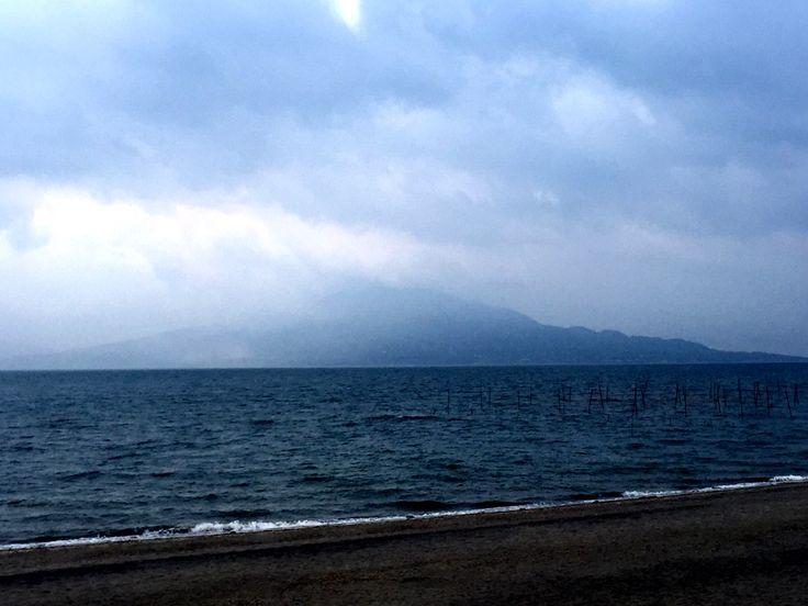おはようございます(^o^)/  今日の桜島です。  天気は曇り、雨が降りそうです。  今日は海が荒れてますね〜。風が少し強めに吹いてます。  錦織圭選手、ベスト4に進めませんでしたね。  次回に期待したいですね。  今日も1日、元気に頑張っていきましょう!