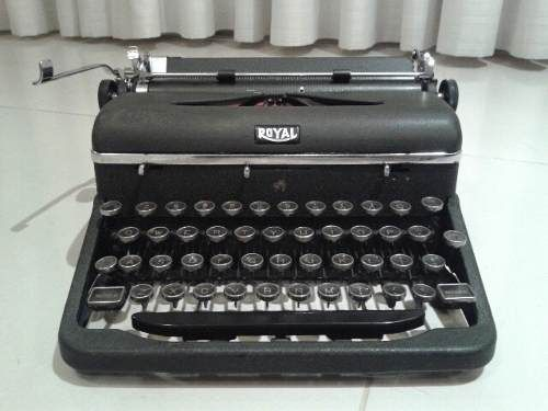 antiga maquina de escrever royal perfeita funcionando
