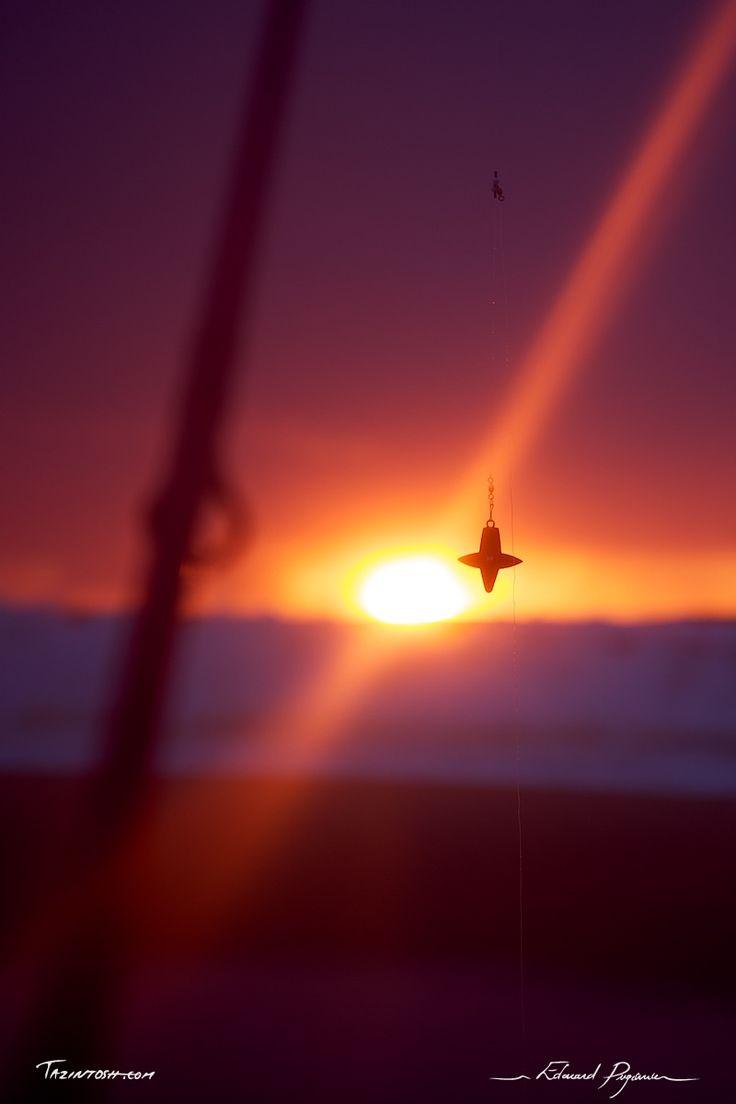 Soir de pêche | Let's fish!: http://tazintosh.com #FocusedOn #Photo #Canne à pêche #Fishing rod #Canon EF 24-105mm f/4L IS USM #Canon EOS 5D Mark II #Coucher de soleil #Sundown #Sunset #Écume #Mousse #Foam #Fil de pêche #Fishing line #Nuage #Cloud #Pêche #Fishing #Plage #Beach #Plomb #Sinker #Profondeur de champ #Depth of field #Sable #Sand #Soleil #Sun #Vague #Wave