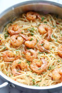Spaghetti aux crevettes et beurre à l'ail 125 g de spaghetti ou de fettuccini 500 g de petites crevettes 1/2 cuillère à soupe de zeste de citron Jus d'un demi-citron 1 cuillère à soupe de persil frais, haché 6 cuillères à soupe de beurre, divisé 2 gousses d'ail, hachées 2 cuillères à soupe de vin blanc 1/2 c. à thé de basilic