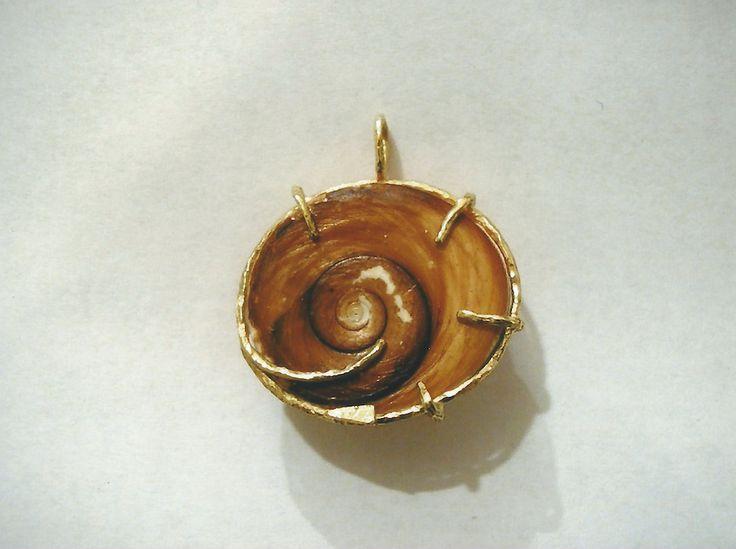 Ciondolo in oro giallo e occhio di Santa Lucia. Yellow gold pendant with eye of Saint Lucia.    #jewelry #jewellery #anello #ring #diamond #pearl #handmade #handmadejewelry #gioielli #gioielliartigianali #fattoamano #gold #diamondpave #sapphire #sapphires #oro #orobianco #whitegold #珠宝 #钻石 #豪华 #redgold #ororosso #yellowgold #orogiallo #ذهب #الماس #الفاخرة