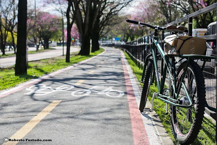 Bicicleta long tail brasileira, tipo cargueira, marca Art Trike. Bike rabo longo para cargas, cicloturismo, viagens, carregar alforges, bagageiro traseiro comprido. Foto de Roberto Gurtado. Ciclovias de Porto Alegre.