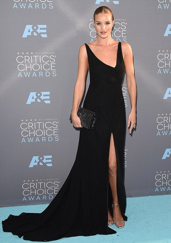 A modelo Rosie Huntington-Whiteley no red carpet do Critic's Choice Awards 2016.
