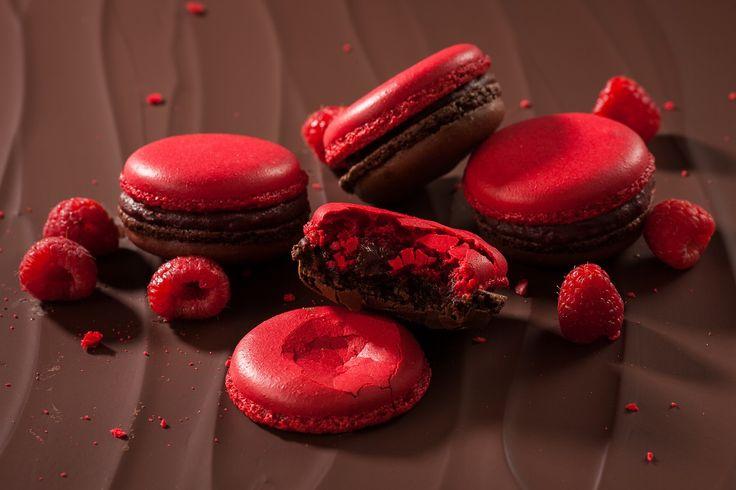 Nejznámější francouzská pochoutka křupavá na povrchu a jemná uvnitř s náplní z belgické čokolády a malinového pyré, která se rozplývá na jazyku.
