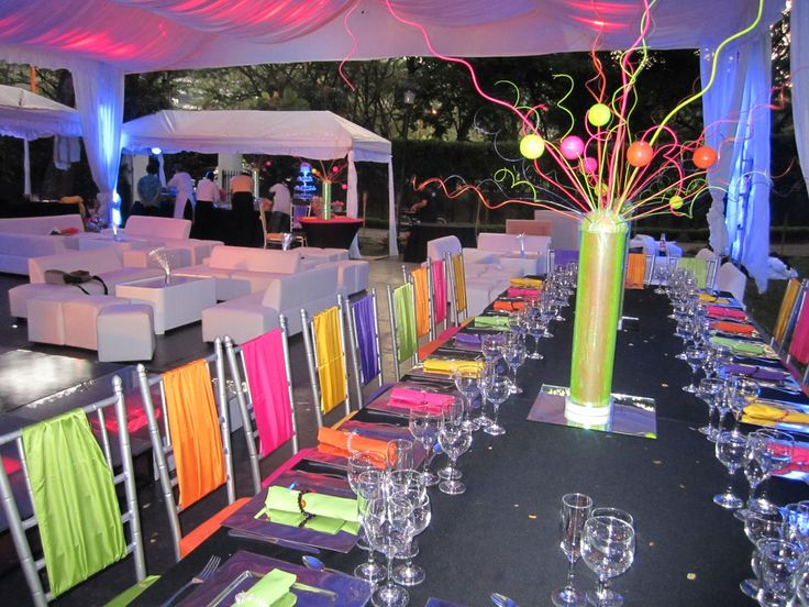 Decoraci n fiesta neon fiesta 15 a os pinterest for Decoracion de mesas para fiestas