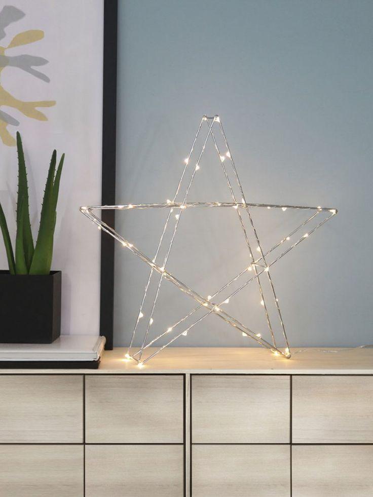 Tre-dimensjonal bordstjerne i kromfarget metall med dew drop slynge fra Star Trading. Stjernen har 50 LED-lyskilder med varmhvitt skinn og er fin å sette i vinduet, på bordet eller på en hylle.