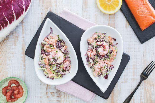 L'insalata allo yogurt e gamberetti richiama allo stile greco  per l'uso di yogurt, qui arricchita con salmone e gamberetti freschi.