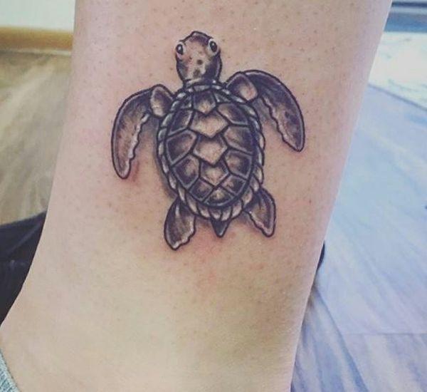 Kleiner Schildkröten Design am Unterschenkel