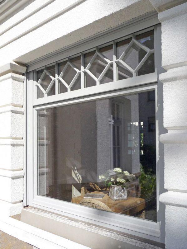 Weißes Holzfenster mit Sprossenelement in Rautenform, Altbau - haus renovierung altgebaude