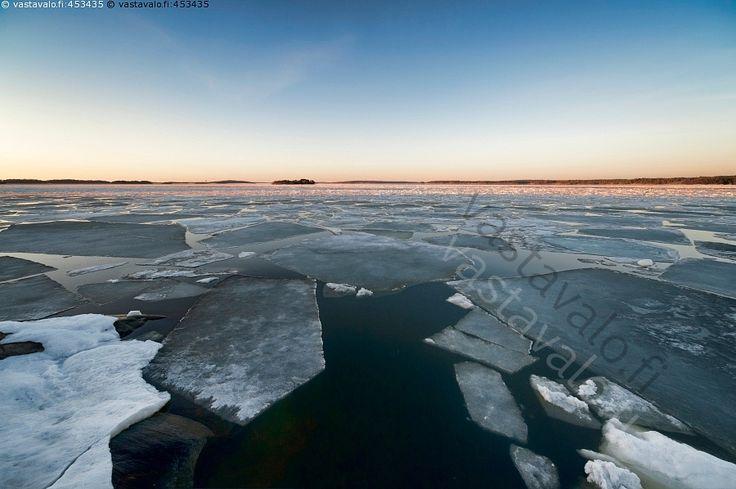 Kevättä saaristossa - meri kevät jää sulaa sula jäälautta ilta huhtikuu maisema