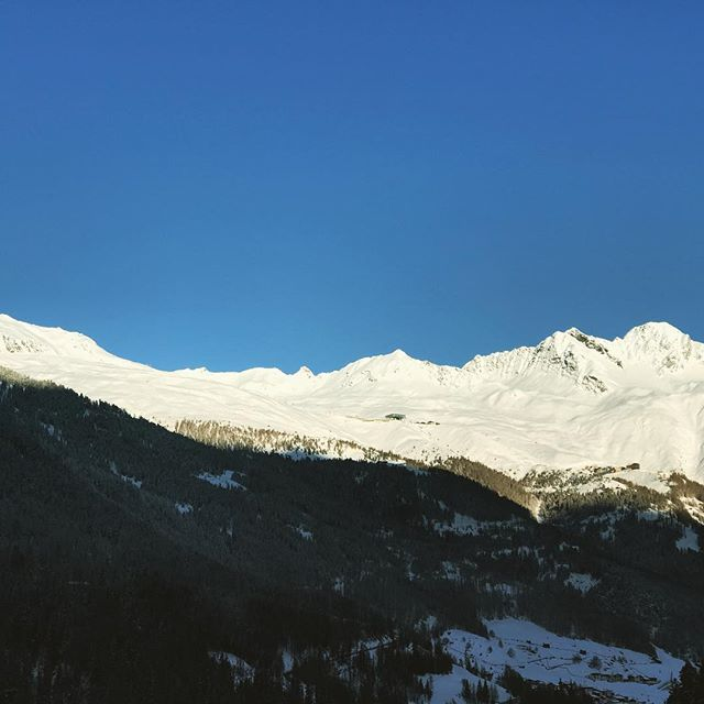 Good morning deom @soelden.official #soelden #sölden #skiing #skifahren #skiurlaub #skiholidays #winterwonderland #winter #mountains #sunrise #goodmorning #summit #lovetirol #visittirol @visittirol @visitaustria