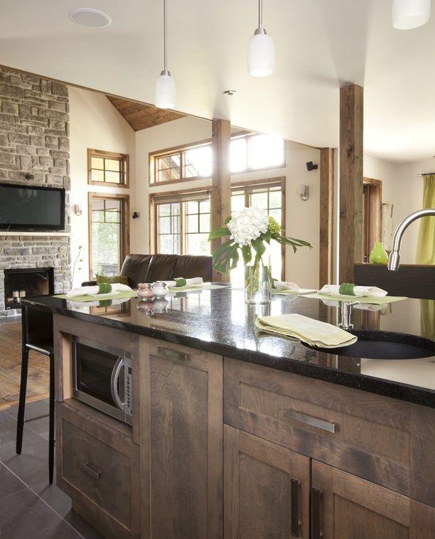 Armoires de cuisine de style contemporain. La totalité de ces armoires de cuisine ont été réalisé en merisier. Le tout est harmonisé avec un comptoir de granit, noir cambrian.