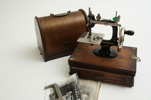 Lead (All Lead) Miniature Toy Sewing Machine