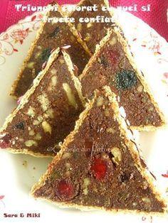 Triunghi colorat cu nuci si fructe confiate un desert fara foc, care se face rapid si care este tare bun, prin ingredientele care le contine.