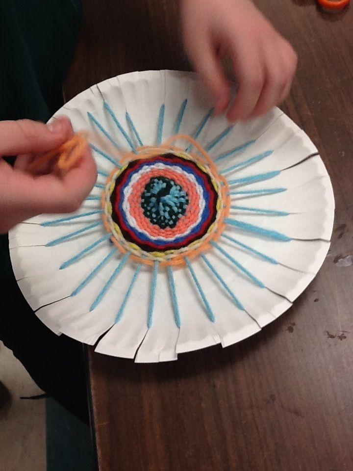 Spinnenweb weven van wol, #knutselen. Spider web crafts. Pour les kids! Tissage sur assiette en carton !