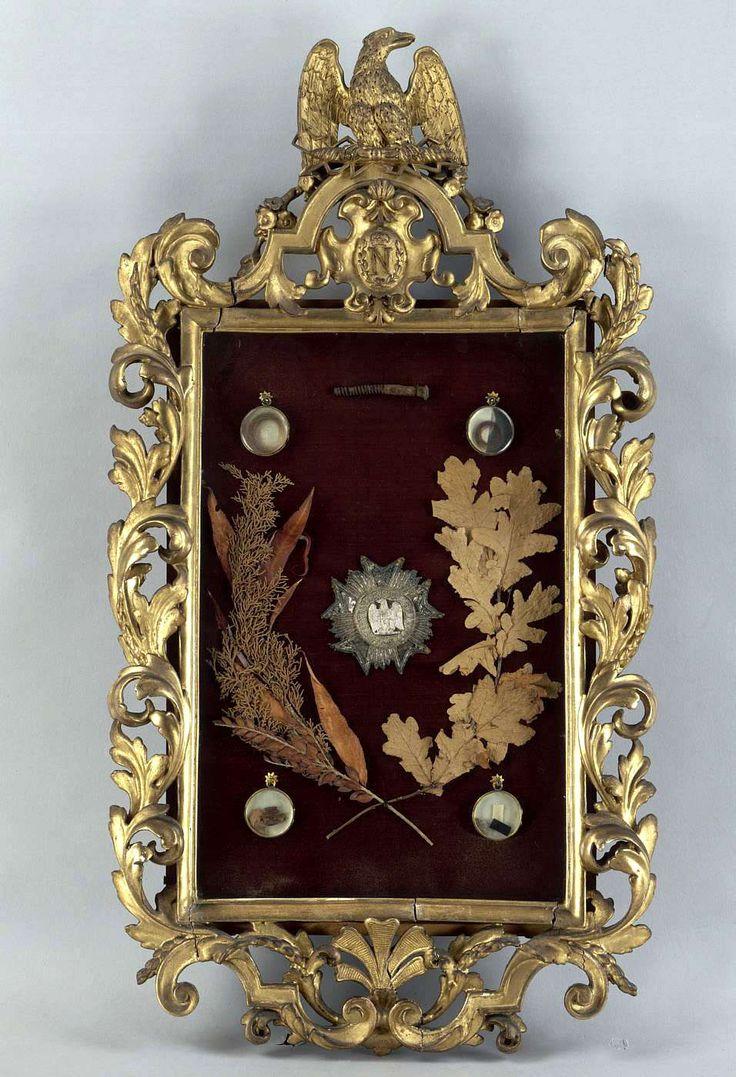 A la mort de Napoléon le 5 mai 1821, ses compagnons d'exil conservèrent précieusement des mèches de cheveux et différents souvenirs. Jacques Coursot (1786-1856), chef de bouche à Sainte-Hélène, avait constitué quelques cadres reliquaires à partir des éléments qu'ils avaient recueillis (musée de Malmaison).