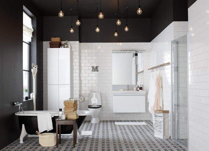 ванная комната с черным потолком