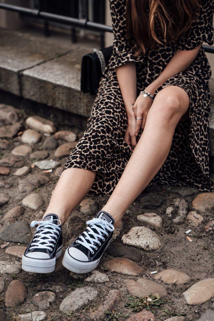 leo print kleid kombiniert mit schwarzen sneakers modeblog berlin