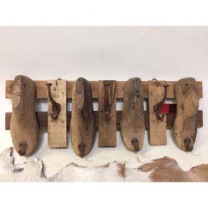 Houten gerecyclede schoenen kapstok. Materiaal: gerecycled hout en haken.