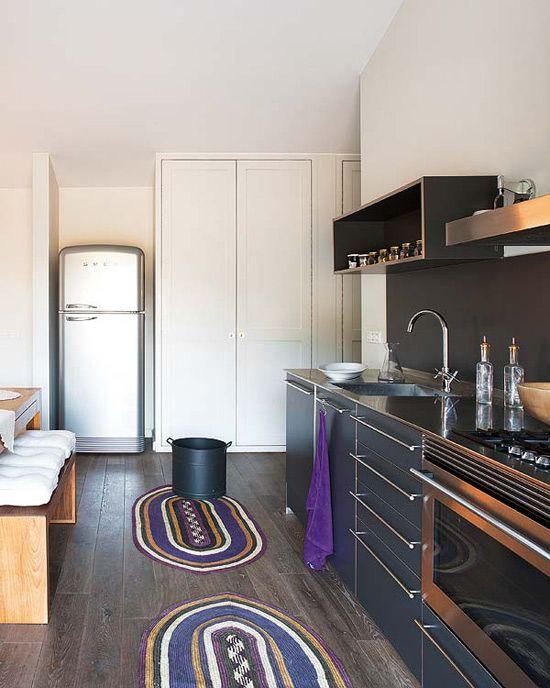 desire to inspire - desiretoinspire.net - A not-too-modern home inSpainDark Kitchens, Paige Blog, Colors Rugs, Grey Kitchens, Black Kitchens, Colours Rugs, Kitchens Layout, Start Post, Modern Kitchens