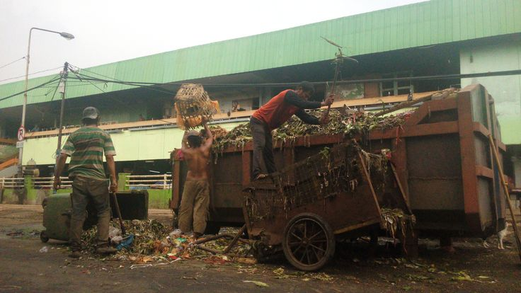 Some city workers were putting in garbage to a box in front of Keputran market, one of the biggest vegetables market in Surabaya. 21 April 2016 #Surabaya #traditionalmarket #pasarkeputran #garbage