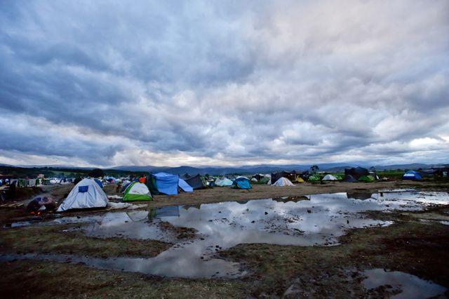 """Idomeni è il più grande campo profughi della Grecia, """"la Dachau dei nostri giorni"""" l'ha definita il ministro dell'interno greco. Una distesa di tende lungo la ferrovia al confine con la Macedonia. Dove prima c'era un valico di frontiera per accedere alla rotta balcanica, ora dodicimila persone aspettano di sapere quale sarà il loro futuro. I bambini sono quasi la metà. Leggi"""