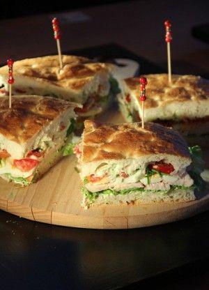 lunch: Turksbrood met heksenkaas, sla, gerookte kipfilet, tomaat en gekookt ei.