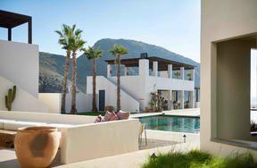 In Catalogna, pareti bianche, cemento a vista e mobili vintage per la villa con piscina progettata da MIRAG Arquitectura i Gestió