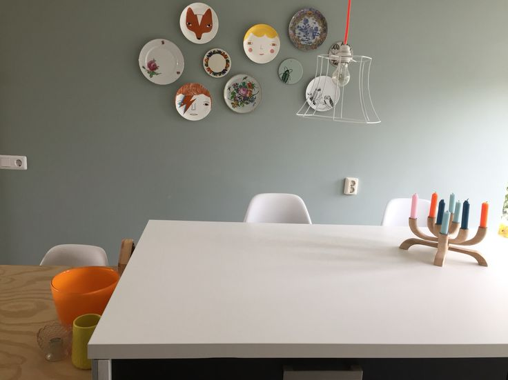 Borden aan de muur, onder andere van Donna Wilson. Kleur op de muur is Flexa Early Dew.