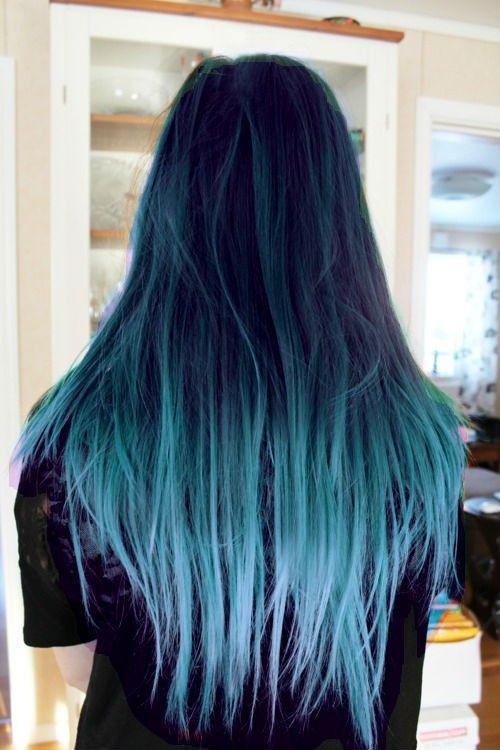 color de pelo azul y las puntas de pelo celeste tirando a blanco