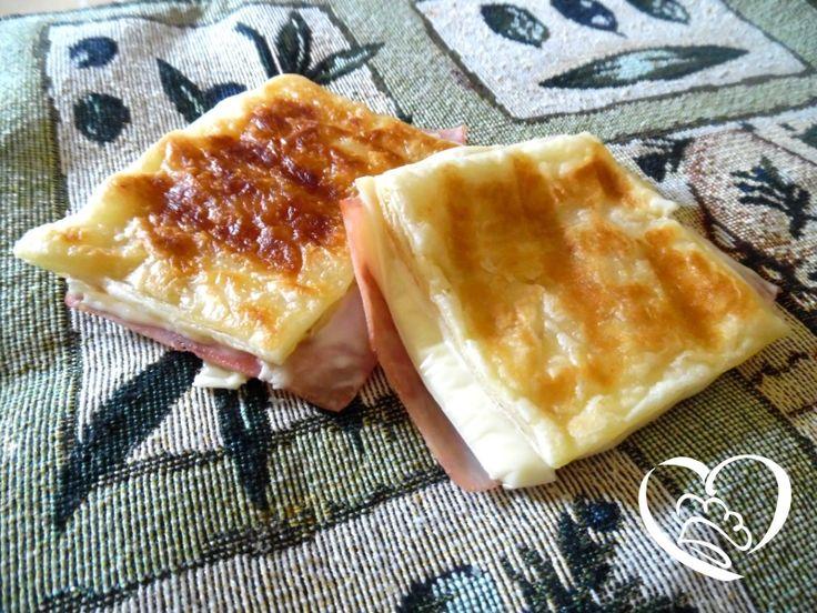 Toast classico di pasta sfoglia http://www.cuocaperpassione.it/ricetta/dd2e1f4c-9f72-6375-b10c-ff0000780917/Toast_classico_di_pasta_sfoglia