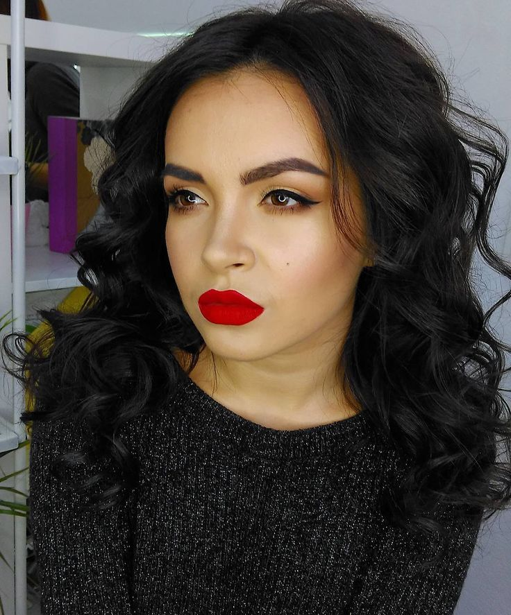 ❤Красный цвет- это класссика , который никогда не выйдет из моды   Красная помада  подходит абсолютно всем, главное подобрать правильный оттенок!  с красными губами вы всегда будете в центре внимания  Для образа я использовала матовую помаду #noubamillebaci7 , за волшебные кудри спасибо моей @oksanapetrova.makeup . #prihodkostudio #prihodkomakeup #makeup #ilovemakeup #макияж #макияжчелябинск #визажист #визажистчелябинск #макияжвчелябинске #краснаяпомада #красныегубы #вечерниймакияж...