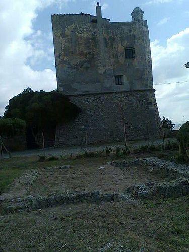 Torre della Tagliata o Torre Puccini - #Ansedonia (#Orbetello)   Torre Puccini prende il nome dal celebre compositore toscano che vi amava soggiornare e pare che proprio qui prese ispirazione per realizzare una delle sue opere più famose: la Turandot. La torre risale al XV secolo ed è situata proprio sulla riva della spiaggia della Tagliata