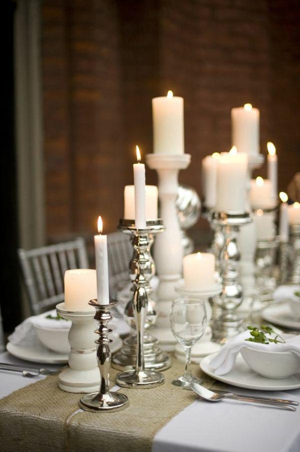 weiße kerzen zu weihnachten auf dem tisch