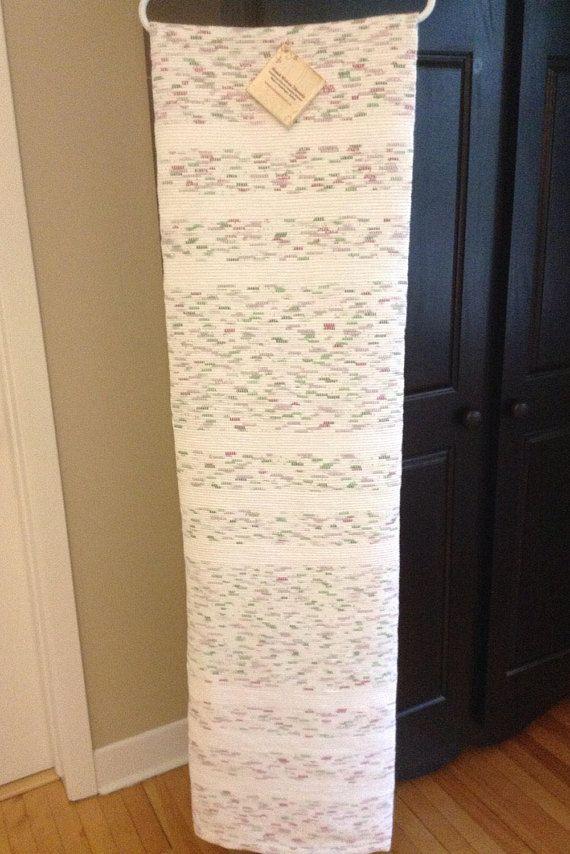 Cette belle couverture tissée à la main nouvelle mesure 58 de large par 109». Les bandes blanches discrètes ajoutent la touche parfaite à la couleur de fond moucheté de blanc, vert et violet. Idéal pour un lit double ou un accent de jeter sur un lit ou un canapé plus grand. Les tissus en mélange de coton tissés à travers la couverture ajoutent chaleur et confort pour les froides soirées d'hiver. Fabriqué sur un métier traditionnel, il est unique et de qualité artisanale. À la machine de…