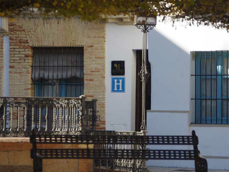 Entrada desde plaza San Fernando Hotel con Encanto en Carmona