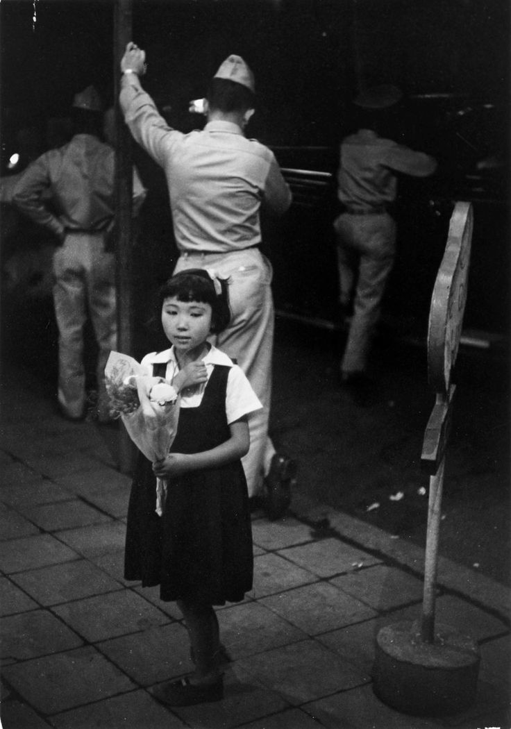 Along The Ginza, Girl Selling Flowers, Tokyo, 1951, Werner Bischof. (1916 - 1954)