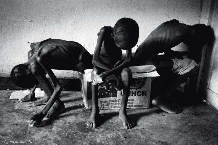 Jedno z najbardziej wstrząsających zdjęć Millera. Zrobił je w 1997 roku w Zairze w obozie dla uchodźców Hutu uciekających przez Tutsi z Zairu. Jak sam mówi, po tym, co zobaczył w Afryce, miał wrażenie, że nasze codzienne problemy są zupełnie nieistotne. To właśnie wtedy najbardziej przeżywał, że nie może pomóc, może tylko fotografować i pokazać tragedię uchodźców światu