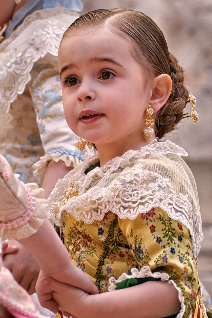 This little girl is so beautiful - Little Spain