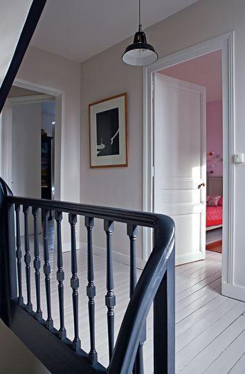 Le bleu ardoise sur l'escalier pour un côté chic assumé plancher blanc